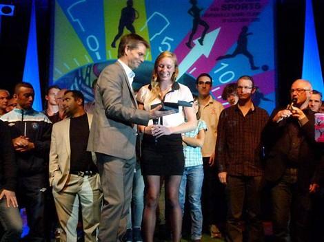 Marion Horcholle, récompensée du prix du public par Rodolphe Thomas.